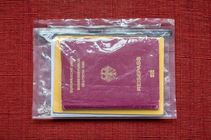 Lưu trữ giấy tờ tùy thân quan trọng trong những túi chống nước - Ảnh: Florianziegler.