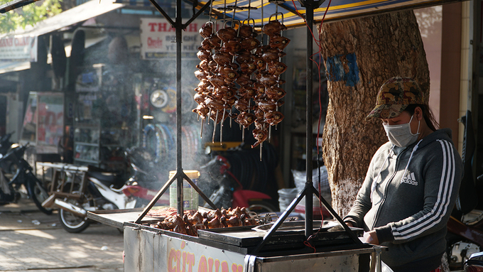 Chim cút quay  Chim cút được làm sạch sẽ rồi ướp các loại gia vị như đường, mắm, muối... trước khi quay trên bếp than hồng. Để kích thích vị giác, người ở đây còn ướp thêm sa tế trước khi quay. Giữa đường phố, những chiếc xe đẩy toả khói nghi ngút thu hút nhiều người. Một con chim cút thường được bán với giá 15.000 đồng.