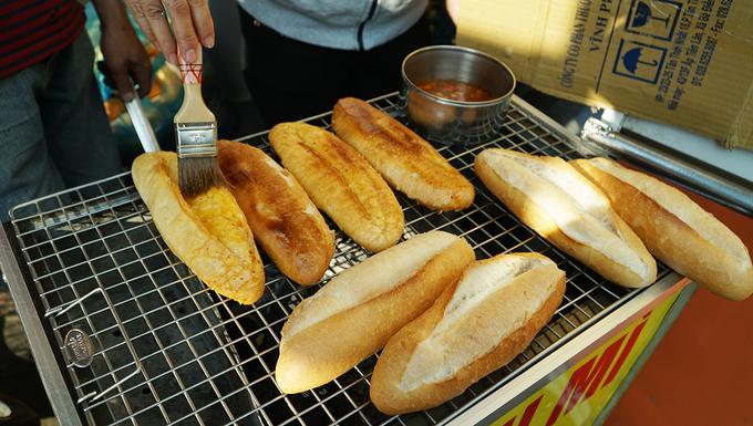 Bánh mì nướng muối ớt  Công đoạn khó nhất là ép dẹp bánh mì. Sau đó, bánh được nướng sơ trên vỉ với than hồng. Trong lúc nướng, bánh được phết lên lớp bơ mỏng, nước sốt sa tế, trở hai mặt cho vàng rồi gắp xuống. Bánh sẽ được nướng và phủ thêm lớp nướng sốt sa tế một lần nữa trước khi mang ra cho khách. Quầy bánh mì nướng muối ớt này nằm ở góc đường Nơ Trang Long và Y Rút, bán mỗi phần với giá 15.000 đồng.