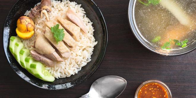 Cơm gà Hải Nam hút hồn thực khách nhờ hương vị thơm ngon, cơm dẻo, gà mềm và nước sốt đậm đà vừa miệng.