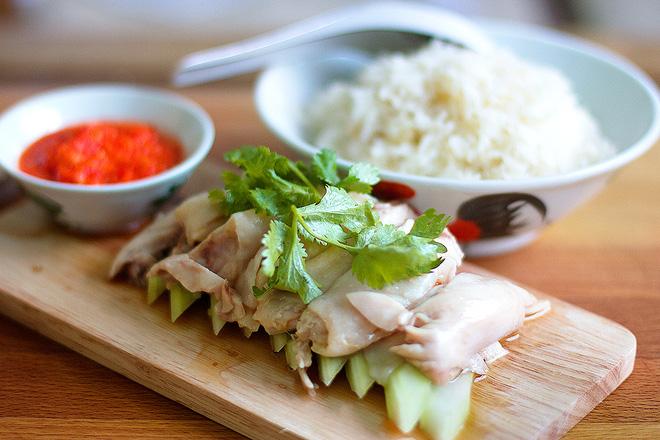 Tại Singapore, bạn có thể thưởng thức món ăn ở nhiều nơi, từ nhà hàng hàng sang đến những tiệm ăn nhỏ. Một số những địa chỉ ăn cơm gà uy tín là cơm gà Hải Nam Tian Tian khu Maxwell Food Centre hay chuỗi cửa hàng bán cơm gà Hải Nam Boon Tong Kee với 7 chi nhánh trên khắp Singapore. Giá cho món ăn này từ 4 - 7 đô la Singapore/ phần.