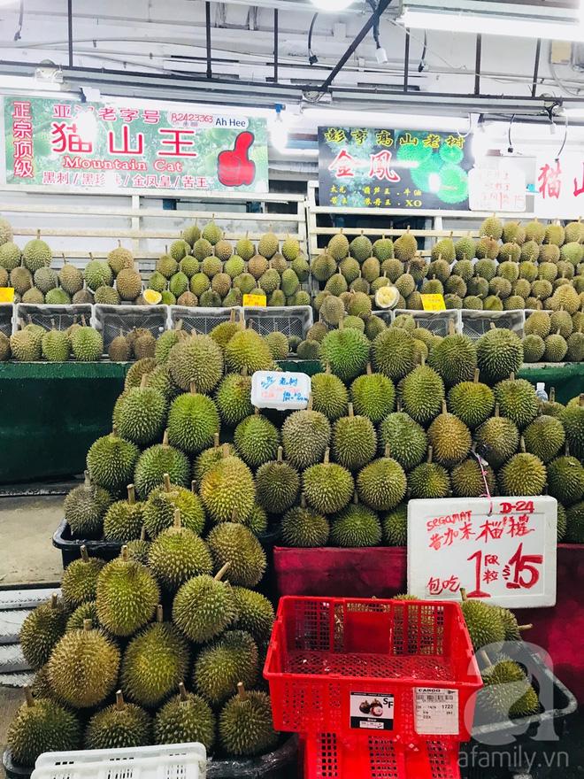 Sầu riêng ở Singapore có nhiều loại, nhiều mức giá, từ vài chục đô cho đến vài đô một quả. (Ảnh HT)