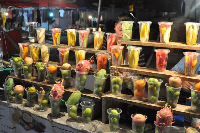 """Hoa quả trộn  Những trái cây nhiệt đới như thanh long, chanh, xoài, dưa hấu... có rất nhiều ở Lào. Hoa quả trộn thường dùng kèm với đá bào để giải khát. Du khách hãy thử một lần ăn bơ trộn cùng sữa đặc ở Luang Prabang (tiếng địa phương gọi là """"sep lai""""), đó là một trong những loại quả làm món này rất ngon."""