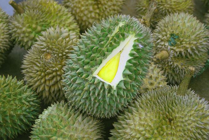 Sầu riêng  Sầu riêng là loại hoa quả không chỉ được yêu thích ở Luang Prabang, Lào mà ở nhiều nước Đông Nam Á khác. Phần thịt quả màu vàng sữa được rất nhiều người mê mẩn. Mùi vị của loại quả này hoàn toàn khác nhau. Du khách có thể yêu cầu bóc sầu riêng và đựng phần ruột quả trong hộp để đem đi. Vì mùi quá nồng gây khó chịu mà sầu riêng bị cấm ở nhiều nơi, du khách nên tận hưởng món ăn này ngoài trời thay vì mang vào khách sạn, nhà hàng hay quán cà phê.