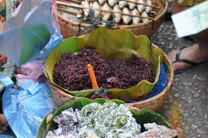 Bột sắn và cơm đen  Cây sắn thường được dùng để làm bột sắn, một món ăn khá phổ biến ở Lào. Sản phẩm từ loài cây này còn dùng làm mì kopiak để nấu súp hoặc nấu đông trong các món ăn ngọt, các loại trà. Cơm đen ở Lào được dùng làm món ăn ngọt như xôi xoài, khi trộn sữa dừa với xôi và cả xoài tươi.