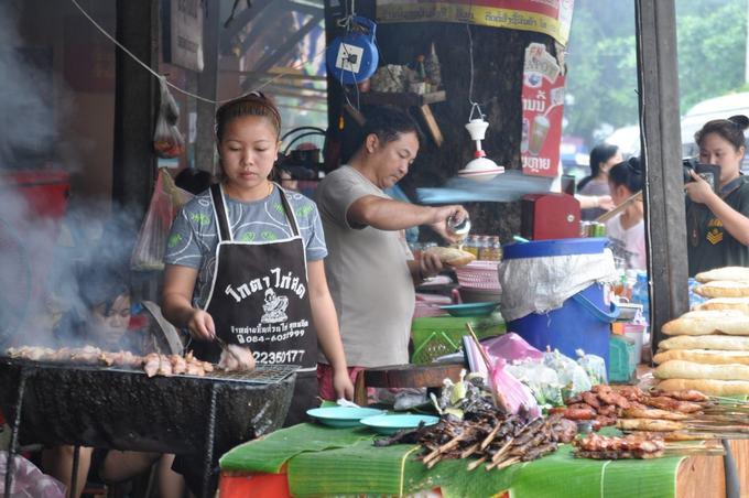 Thịt nướng  Người Lào cũng ăn nội tạng, da và nhiều bộ phận khác của động vật mà thường không có trong ẩm thực phương Tây. Các quán bán đồ nướng luôn bày bếp nướng bằng than ngay ngoài trời và bắt đầu bán từ sáng sớm tới tối mịt. Hãy chọn phần thịt mà bạn thích (thường đã xiên vào que hoặc buộc kẹp que tre) và yêu cầu người bán nướng chín tại chỗ để thưởng thức. Các quán đồ nướng này sử dụng từ thịt gà, lợn, bò và cả nguyên con cá.