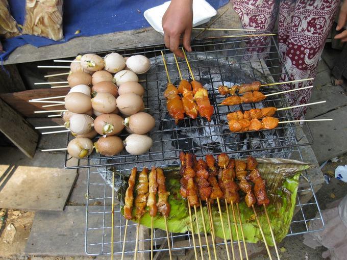 Trứng nướng  Một loại đồ nướng cũng được người Lào và du khách ưa chuộng là trứng nướng xiên que. Trong tiếng địa phương, trứng nướng là ping kai, một món ăn vặt phổ biến, dễ ăn và dễ tìm. Trứng được rửa sạch và đục một lỗ bên trên thật cẩn thận. Lòng trắng và đỏ bên trong sẽ được trộn cùng với tiêu, nước mắm, hành tươi và nhiều loại gia vị khác để tăng hương vị. Sau đó trứng được nước trực tiếp trên bếp tới khi bên trong chín hẳn.