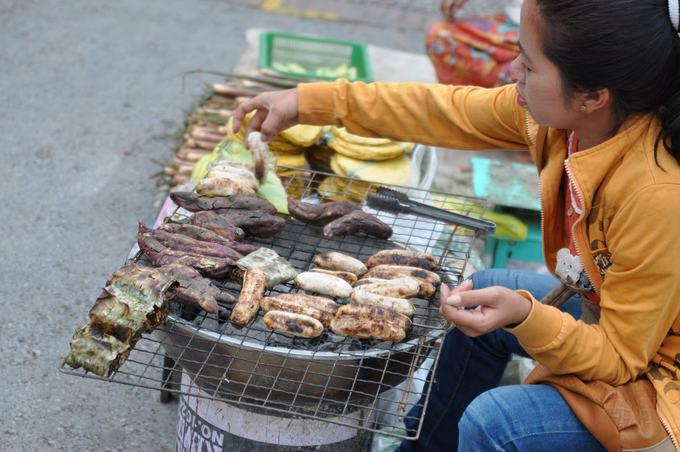 Chuối nướng  Ở Luang Prabang, chuối nướng cũng được bán rất nhiều và thường bỏ trong túi. Chuối ở Lào nhỏ và ngọt, nhưng thay vì ăn trực tiếp, người dân nơi đây lại đặc biệt thích chế biến chúng thành món ăn nóng. Chuối nướng có thể ăn vào buổi sáng hoặc làm đồ ăn vặt giữa buổi.