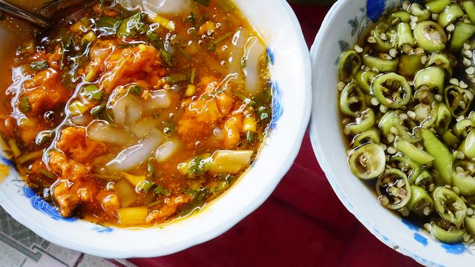 Bánh canh Nam Phổ  Không được bán nhiều như cơm hến hoặc bún bò, nhưng bánh canh cua của người làng Nam Phổ (huyện Phú Vang, Thừa Thiên - Huế) vẫn được lòng nhiều du khách. Món ăn có màu đỏ đặc trưng của hạt điều, nước dùng sánh ẩn hiện bên trong là thịt cua và tôm. Tại Huế, các quán ăn đều có hẳn một tô nước mắm ớt đặc trưng để ăn kèm. Thực khách có thể tự tay thêm thắt theo khẩu vị.  Địa chỉ gợi ý: quán ăn trên đường Phạm Hồng Thái hoặc Nguyễn Công Trứ.