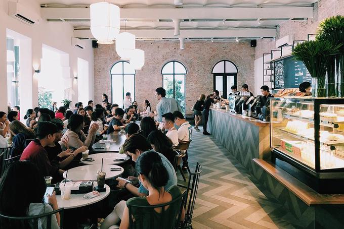 The Running Bean  Sở hữu vị trí ngay trung tâm thành phố, quán cà phê này mới mở cửa từ giữa tháng 2. Không gian có thiết kế hiện đại, lấy tông trắng làm chủ đạo và gắn nhiều cửa sổ để lấy ánh sáng tự nhiên.