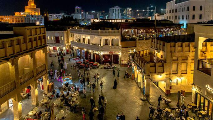 """Đến với Doha, du khách không thể bỏ qua trải nghiệm mua sắm trong các trung tâm siêu thị, khu chợ, chuỗi cửa hàng... Và Souq Waqif là một nơi """"phải tới"""" của các tín đồ mua sắm. Khu """"chợ đứng"""" này là chợ truyền thống cổ nhất và cũng là điểm thu hút nhiều du khách nhất ở Doha."""