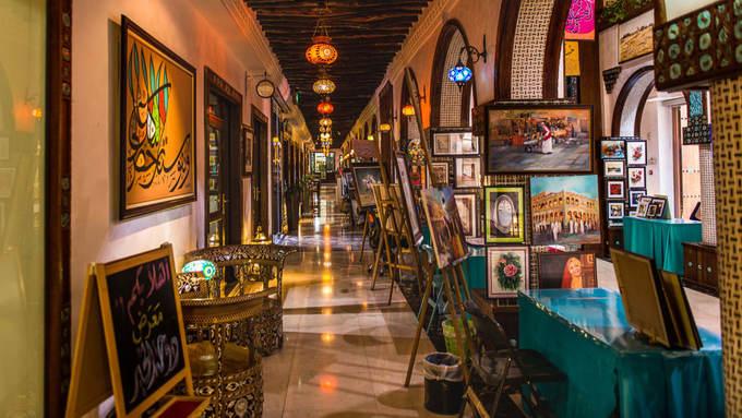 Những người yêu thích nghệ thuật có thể tham quan Trung tâm nghệ thuật Souq Waqif - nơi trưng bày tác phẩm của rất nhiều nghệ sĩ tài năng Qatar và quốc tế. Không chỉ được xem các tác phẩm đã hoàn thiện mà du khách được quan sát cả quá trình nghệ sĩ thực hiện tại các xưởng.