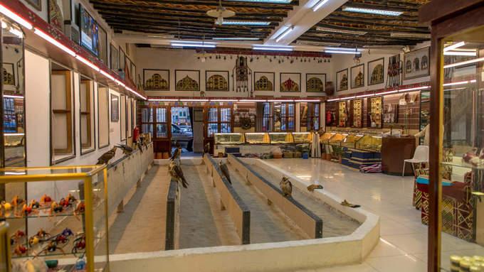 """Ở khu """"chợ đứng"""", du khách không thể bỏ qua chợ Chim ưng (Falcon Souq), nơi có rất nhiều chim ưng được huấn luyện. Đây là một nét văn hóa, lịch sử và cũng là môn thể thao của người Qatar."""