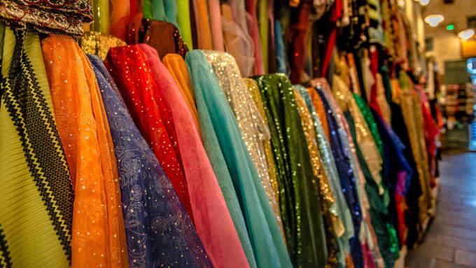 Souq Waqif gồm hàng chục gian hàng, cửa hiệu trên nhiều khu phố và những tòa nhà xây bằng tường đá trát bùn. Nếu đi dạo quanh các ngõ nhỏ ở đây, bạn sẽ tìm thấy mọi loại mặt hàng, từ quần áo, khăn, hương liệu, gia vị, nước hoa, tới kim cương, dầu thơm, chim ưng và nhiều hơn nữa.