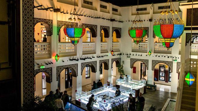 Nếu bạn đang muốn tìm một chiếc vòng cổ, đôi bông tai đẹp lung linh thì hãy tới các gian hàng kim hoàn tại chợ Vàng (Gold Souq) nằm ngay cạnh Souq Waqif.