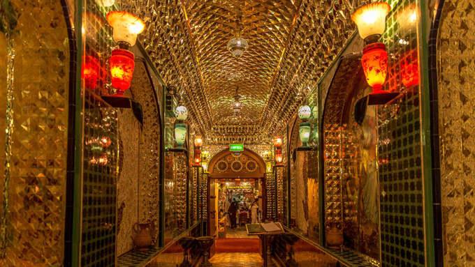 Không chỉ là một khu chợ bán hàng bình thường, Souq Waqif còn là nơi có rất nhiều nhà hàng truyền thống, các quán cà phê thú vị giúp du khách và cả dân địa phương thỏa sức lựa chọn. Nhà hàng Parisa, một địa chỉ ăn uống có nội thất sang trọng, mỗi ngóc ngách đều lung linh vì các chi tiết trang trí. Nhà hàng cũng nằm ở chợ Vàng.