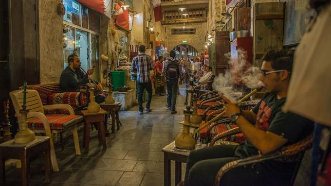 Một khu vực hút thuốc ngoài trời vào lúc sẩm tối cũng thu hút khách. Khung cảnh nơi này luôn mờ ảo trong khói thuốc của khách.