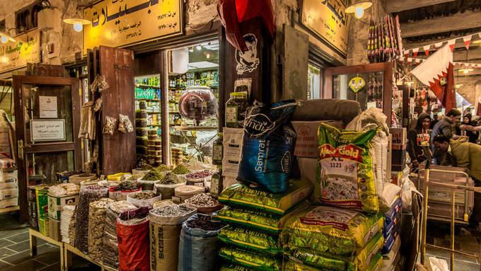 Các cửa hiệu bày tràn bao hàng chất đầy hương liệu, gia vị rực rỡ sắc màu.