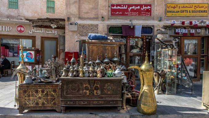 """Một trong những điều thu hút du khách tới """"chợ đứng"""" là có thể mua các món đồ lưu niệm vừa truyền thống vừa độc đáo."""