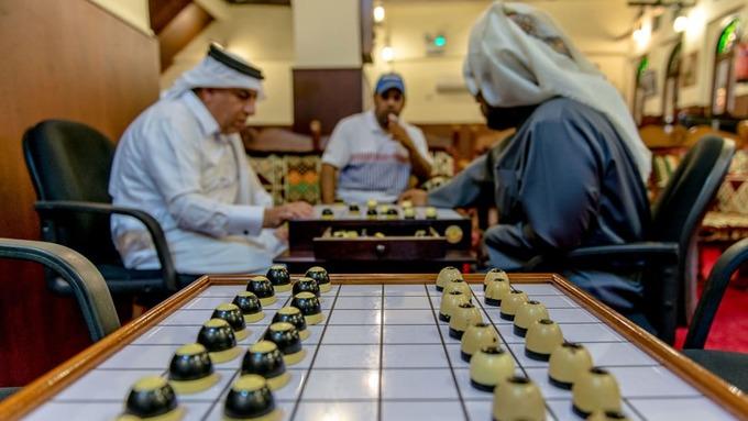 """Majlis al Dama, một quán cà phê nhỏ nhưng nổi tiếng nằm trong """"chợ đứng"""". Đây là nơi du khách có thể thưởng thức đồ uống và xem người dân địa phương chơi những trò chơi truyền thống như cờ Dama."""