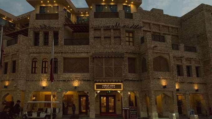 Đến Souq Waqif du khách còn tìm thấy nhiều khách sạn boutique nhỏ xinh mà sang trọng như Arumaila. Khu vực sân thượng của khách sạn này có góc nhìn rộng rãi, thoáng đáng, bao quát cả đường chân trời của Doha.