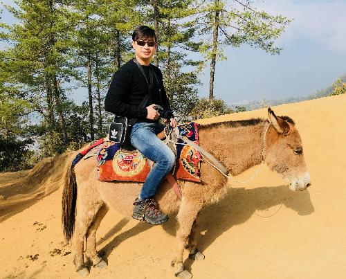 Trần Vinh trên lưng ngựa ở chặng đầu của đoạn đường tới Paro Taktsang (Hang Hổ), một tu viện nổi tiếng của Bhutan.