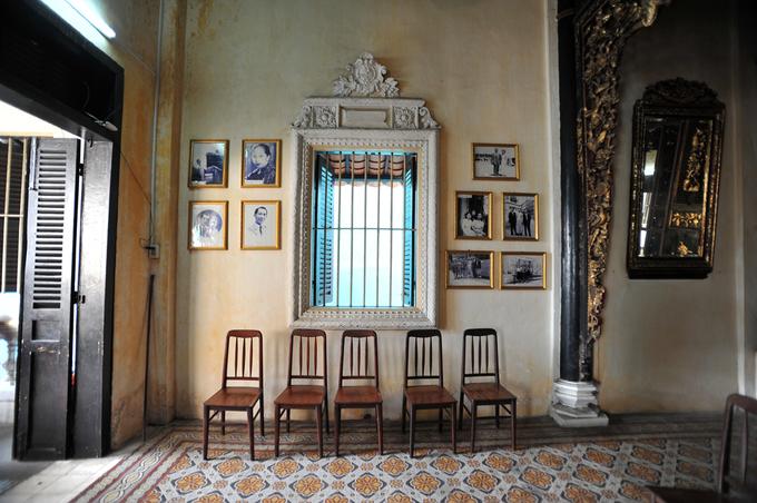 """Ảnh gia đình ông Huỳnh Thủy Lê - chủ nhân cũng là nhân vật chính của ngôi nhà """"Người tình"""" Sa Đéc - được treo khung kính trang trọng hai bên hông nhà."""