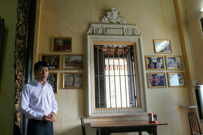 Hướng dẫn viên kiêm thuyết minh tại nhà cổ Huỳnh Thủy Lê, đang kể về lịch sử, xuất xứ cũng như ý nghĩa của câu chuyện tình Việt - Pháp. Trên tường là những tấm ảnh về nữ nhà văn Marguerite Duras cùng những hình ảnh bối cảnh bộ phim được chuyển thể từ tiểu thuyết.