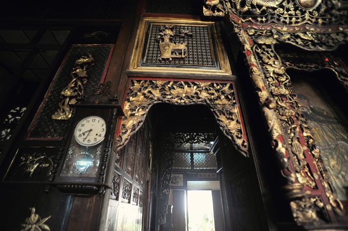 Dấu ấn thời gian luôn hiện hữu ở bất kỳ góc nhỏ nào trong căn nhà hơn 100 năm tuổi, nhuốm màu hoài cổ và lãng mạn.