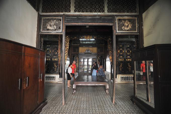 Góc gian sau của ngôi nhà là nơi có chiếc giường cổ cũng được sơn son thếp vàng. Hàng năm nhà Huỳnh Thủy Lê đón hàng chục nghìn lượt khách quốc tế đến tham quan, đặc biệt cộng đồng Pháp ngữ chiếm số lượng rất lớn.