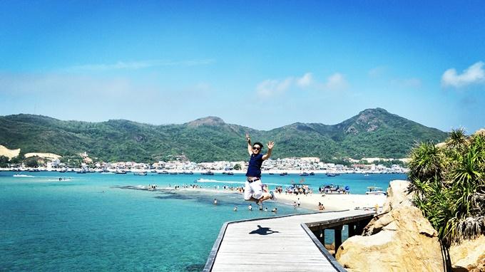 Hòn Khô sẽ cho bạn những trải nghiệm khó quên với biển xanh, cát trắng và nắng vàng. Ảnh: Tân Cao