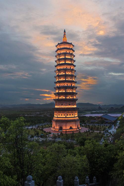 Điểm nhấn về đêm ở chùa Bái Đính là Tháp Báo Thiên gồm 13 tầng, nơi thờ Xá Lợi (tro cốt) của Đức Phật Thích Ca Mâu Ni được rước từ Ấn Độ về. Ở tầng thứ 12, du khách có thể phóng tầm mắt chiêm ngưỡng trọn vẹn toàn cảnh chùa Bái Đính về đêm lung linh trong ánh đèn điện. Tuy nhiên bạn phải trả phí 50.000 đồng để lên bảo tháp (đi thang máy).