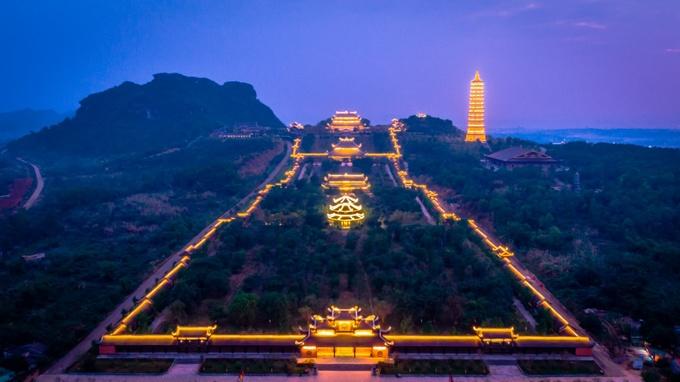 Lễ hội chùa Bái Đính khai mạc hàng năm vào mùng 6 tháng Giêng và kéo dài đến hết tháng 3. Tham gia khám phá chùa về đêm, du khách sẽ được làm lễ và dâng hương tại điện Phật Bà Quán Âm nghìn mắt nghìn tay có trọng lượng 80 tấn, dát vàng bên ngoài. Kế đó, bạn có thể dừng chân tại điện Pháp Chủ, nơi đặt tượng phật Thích Ca Mâu Ni lớn nhất Đông Nam Á.