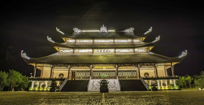 Điện Tam Thế là ngôi điện cao nhất trong chùa, được xây bằng bê tông và sơn màu gỗ. Đây là ngôi điện thờ Tam thế Phật gồm những chư Phật trong ba giai đoạn: Quá khứ – Đức Phật A Di Đà, Hiện tại – Đức Phật Thích Ca Mâu Ni và Tương lai – Đức Phật Di Lặc.