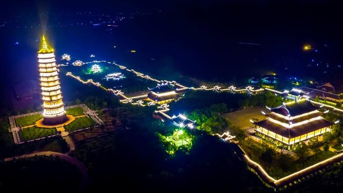 Kết thúc hành trình, du khách có thể dạo chơi, thưởng thức cà phê Chuông Gió trên ngọn núi Đính để tận hưởng những con gió mát lành, không khí an yên của chùa Bái Đính về đêm.