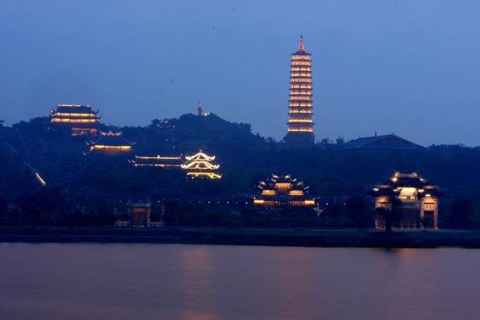 Trong khu văn hoá tâm linh chùa Bái Đính có phòng nghỉ và nhà hàng cơm chay, phục vụ khách hành hương hoặc muốn ở lại qua đêm. Lưu ý xe điện ở đây chỉ hoạt động đến 20h.