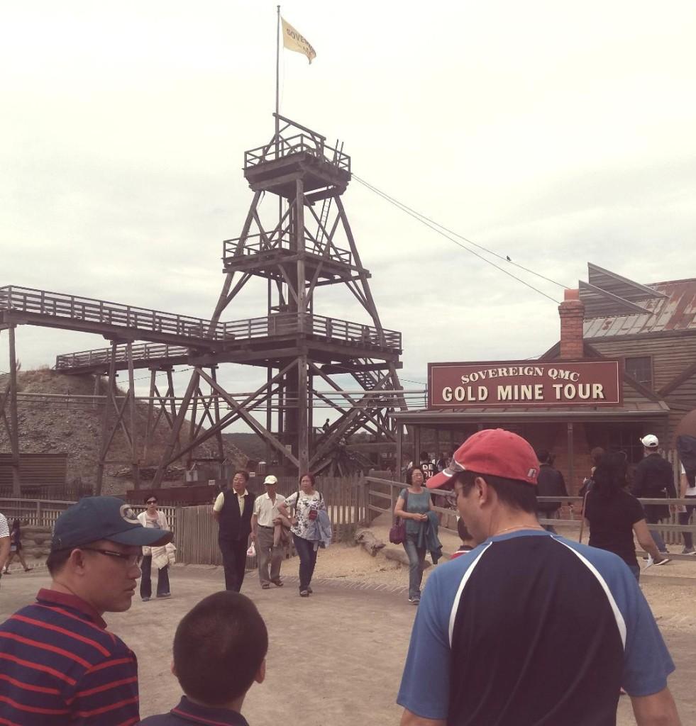 Du khách chuẩn bị bước vào tour Hầm mỏ - Ảnh: LĐT