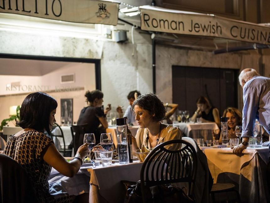 """Italy: Ở Italy, có một quy tắc gọi là """"pane e coperto"""", theo đó khách hàng phải trả một khoản phụ phí trước khi bước vào quán bar hoặc nhà hàng. Ngày nay, """"pane e coperto"""" không còn phổ biến, thậm chí là bất hợp pháp tại một số khu vực, du khách đến các nhà hàng Italy có thể gặp """"servizio"""" hoặc phí dịch vụ được thêm vào hóa đơn. Ảnh: Giorgio Cosulich/Getty Images."""