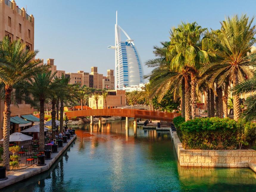 UAE: Khoảng 10% tổng giá trị hóa đơn là khoản tiền tip hợp lý tại UAE. Tuy nhiên, khi đến thăm những thành phố lớn như Dubai hay Abuhabi, khoản tiền tip có thể cao hơn, đặc biệt là đối với những dịch vụ cao cấp. Ảnh: Oleg P/Shutterstock.