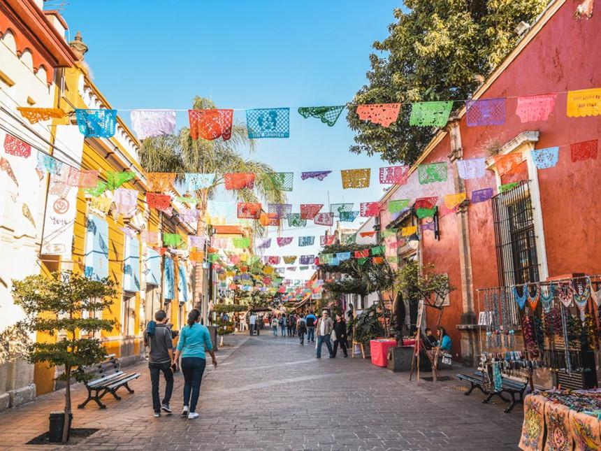 Mexico: Tương tự như ở Mỹ, khoản tiền tip phù hợp cho các dịch vụ ở Mexico là khoảng 10-15% và 18-20% giá trị hóa đơn cho các dịch vụ tốt hơn. Ảnh: Luis Alvarado Alvarado/Shutterstock.