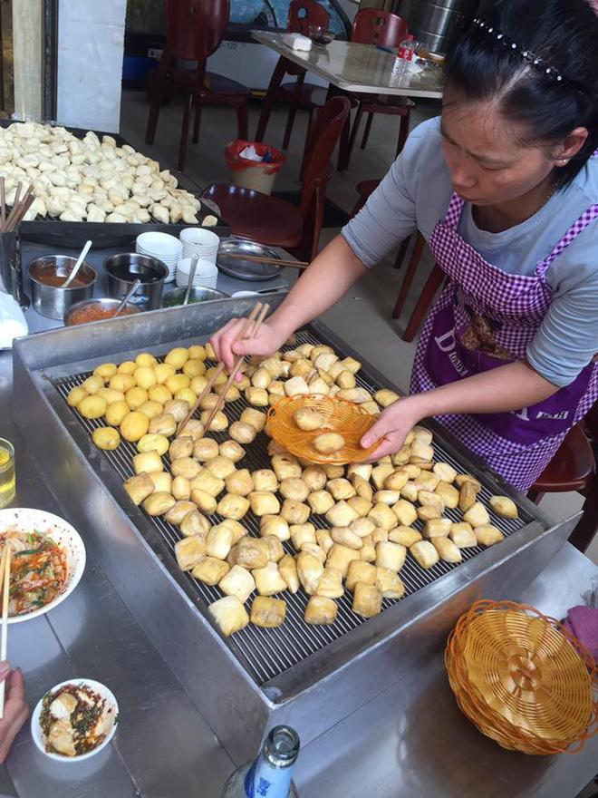 Đậu phụ thối - món ăn đường phố được ưa thích ở Trung Quốc. - Ảnh: Thương Thương