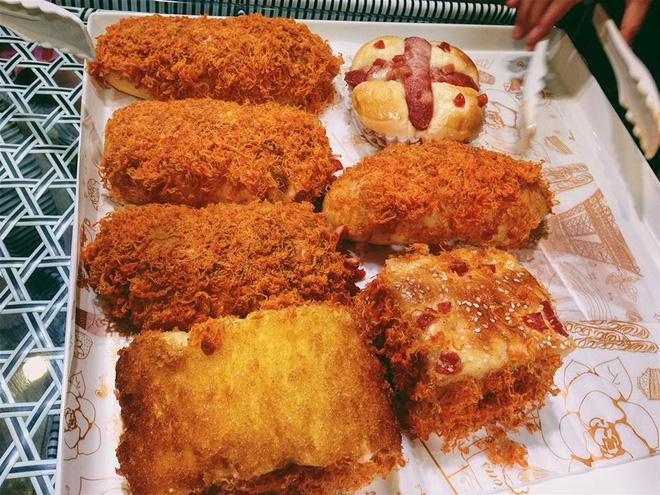 Một tiệm bánh ngọt đối diện trường cấp 2 ở Hà Khẩu. Các loại bánh ở đây đa dạng, giá trung bình khảng 5 NDT.