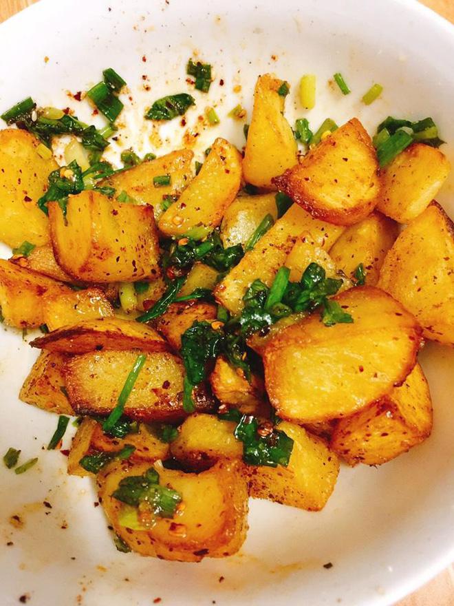 Món khoai tây trộn được nhiều người khen ở Hà Khẩu - Ảnh: Thảo Nhi