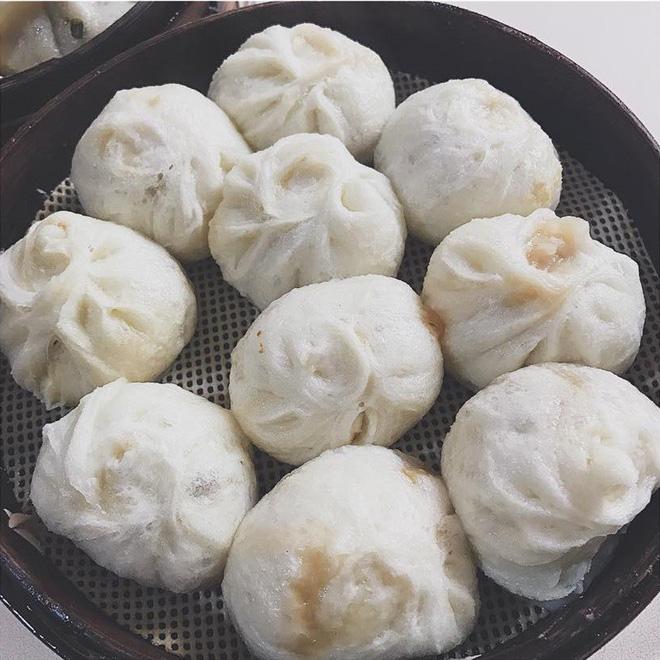 Bánh bao, món ăn vô cùng phổ biến ở Trung Quốc được bán với giá 6 NDT/ khay, tương đương khoảng 20 ngàn đồng.
