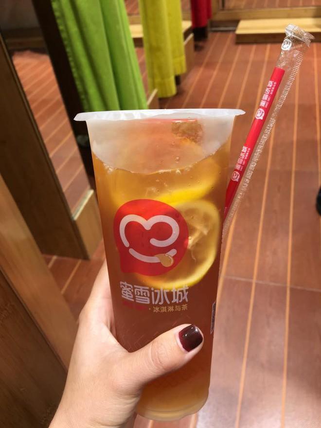 Hà Khẩu có khá nhiều quán trà sữa, trong đó có cả thương hiệu đã quen mặt với giới trẻ Việt như Gongcha. Tiệm trà sữa trong ảnh được nhận xét là chất lượng ổn, gíá rẻ khi một cốc trà chỉ khoảng 5, 6 NDT, tương đương khoảng 18 đến 22 ngàn đồng.