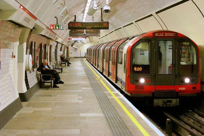 Will Martin, cây bút của Business Insider, cảm thấy khá tự hào với hệ thống tàu điện ngầm tại London (tàu điện ngầm có tên gọi tắt là MTR) khi xem bài viết của đồng nghiệp đến từ New York, Mỹ về MTR của thành phố sương mù.  Hồi tháng 11 năm ngoái, Will đã tới New York và có những trải nghiệm không mấy tốt đẹp như trễ giờ, tàu dừng vô cớ giữa đường hay nhìn thấy chất thải trên ga...  Will cảm thấy hệ thống MTR tại New York cần học hỏi thêm từ London, song niềm tin này hoàn toàn thay đổi khi Will đến Hong Kong đầu năm 2018. Anh sử dụng MTR thường xuyên trong thời gian ở Hong Kong để thăm thú thành phố hay thậm chí đi xa hơn. Ảnh: Shutter.