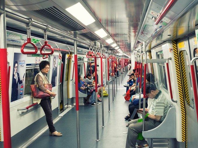 """Dù chỉ đi hai chuyến mỗi ngày trong kỳ nghỉ 4 ngày tại Hong Kong, Will có thể tự tin nói rằng anh khá hiểu hệ thống MTR của thành phố này. Ấn tượng trong anh là """"thân thiện, sạch sẽ, thiết kế thông minh và đúng giờ"""".  Will cho rằng đây là hình mẫu nhiều thành phố khác trên thế giới cần tham khảo khi xây dựng hay nâng cấp hệ thống MTR.  """"Hệ thống tàu điện ngầm London dù tốt nhưng cũng đã hơn 100 tuổi. Nó thật phức tạp, thường xuyên trong tình trạng bẩn thỉu và không còn phù hợp với cuộc sống ở thế kỷ 21. Tôi hy vọng dự án đầu tư mới vào hệ thống MTR tại thành phố sương mù sẽ giải quyết được nhiều vấn đề hiện tại, nhưng cho tới lúc đó tôi vẫn thích đi MTR ở Hong Kong hơn""""."""