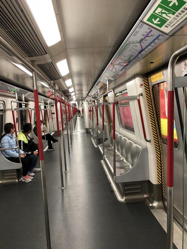 Với Will, hệ thống MTR của Hong Kong giúp hành khách dễ dàng sử dụng và đem đến cảm giác dễ chịu nhất anh từng trải qua khi di chuyển bằng phương tiện công cộng. Dù sáng, trưa, tối, thậm chí vào giờ cao điểm hay sau đêm giao thừa, Will không bao giờ thấy một vết bẩn nhỏ trên tàu. Điều này khiến niềm tự hào về MTR London trong Will như tan biến.