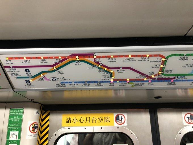 Một điều đơn giản nữa thu hút sự chú ý của Will chính là những chấm đèn nhỏ đánh dấu vị trí các nhà ga. Đèn đỏ đánh dấu những nhà ga tàu sắp dừng, để tránh trường hợp khách không biết tàu đang đi theo hướng nào. Khi tàu dừng, đèn màu cam sẽ hiển thị những nơi bạn có thể đi đến từ nhà ga.  Trong khi đó, đa phần bản đồ trên tàu điện ngầm tại các thành phố khác chỉ là bảng nhựa in chữ thông thường, hành khách phải tập trung lắng nghe loa phát thanh báo và kiểm tra lịch trình liên tục.