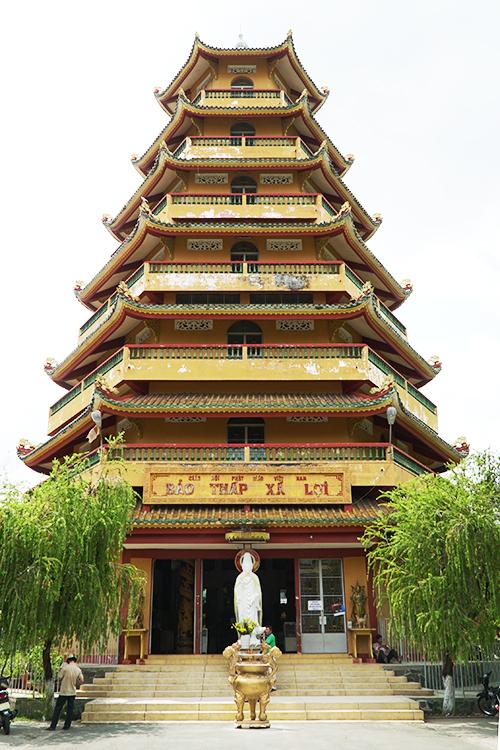 Trước lối vào chùa có Bảo tháp Xá Lợi hình lục giác 7 tầng. Tầng cao nhất thờ Xá Lợi Phật. Tháp được khởi công xây dựng vào năm 1970. Trong sân chùa còn có tượng Quán Thế Âm Bồ Tát toạ dưới bóng cây bồ đề do Đại đức Narada mang từ Sri Lanka (Tích Lan) sang trồng năm 1953.